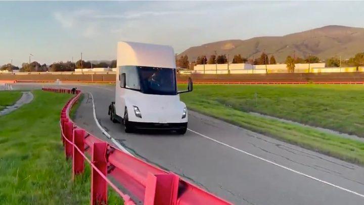 Imagem do camião Tesla Semi que Elon Musk quer lançar ainda este ano