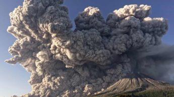 Vulcão Sinabung em erupção