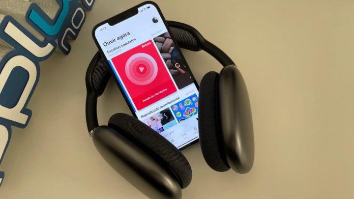 Imagem Apple Music no iPhone 12 Pro Max com AirPods Max