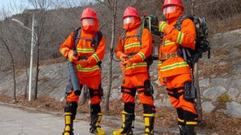 Imagem bombeiros na China que usam exoesqueleto