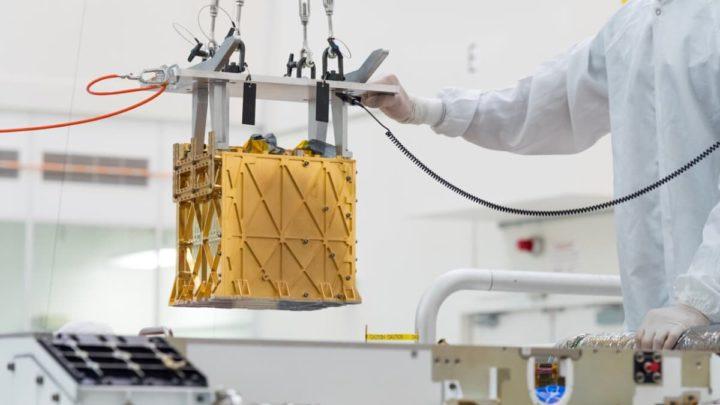 Imagem do MOXIE, um instrumento da NASA em Marte que transforma dióxido de carbono em oxigénio