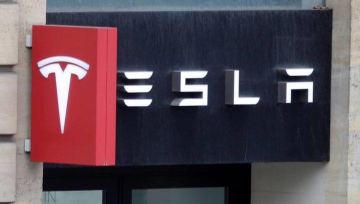 Tesla: Carro supostamente em piloto automático faz duas vítimas mortais