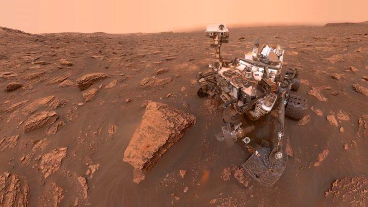 Imagem do rover Curiosity da NASA que tirou uma foto panorâmica incrível a partir do Mont Mercou em Marte