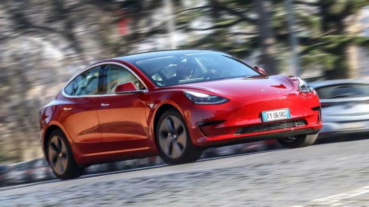 Tesla vai recolher 285 mil carros por risco de colisão