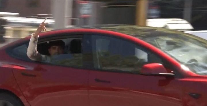 Depois de ser libertado, homem volta a passear-se em carro Tesla sem condutor. Mas como?