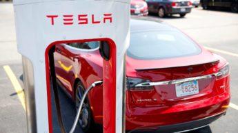 Imagem supercharger Tesla a carregar um Model S na Noruega
