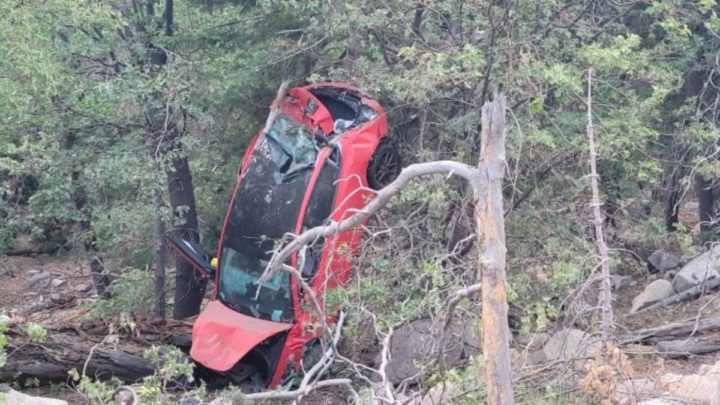 Imagem Tesla Model 3 depois de uma queda de mais de 30 metros na montanha