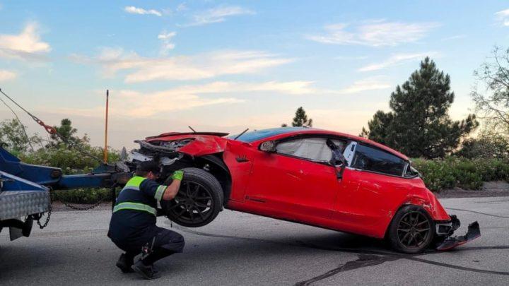 Imagen del Tesla Model 3 destruida