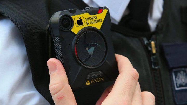 Ilustração de câmara corporal que a Apple poderá estar a colocar nos seus funcionários