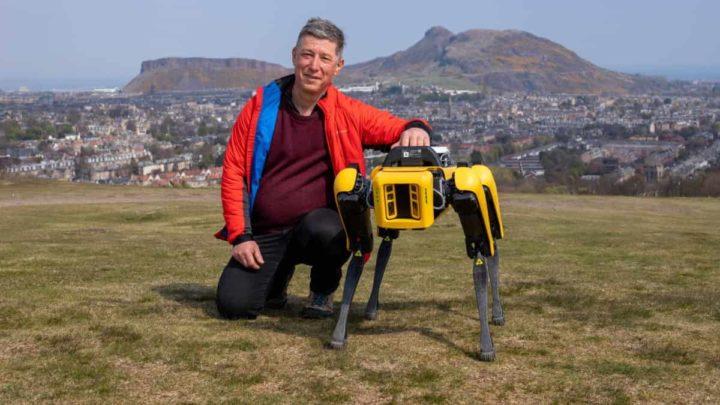 Professor Yvan Petillot e cão robô