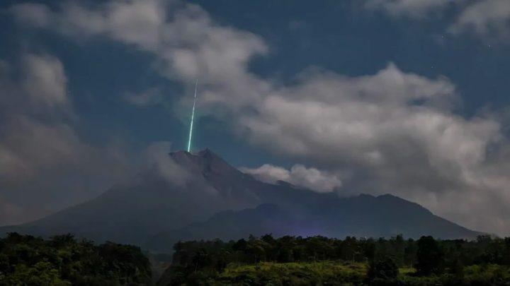 Imagem do momento em que o meteorito cai num vulcão na Indonésia