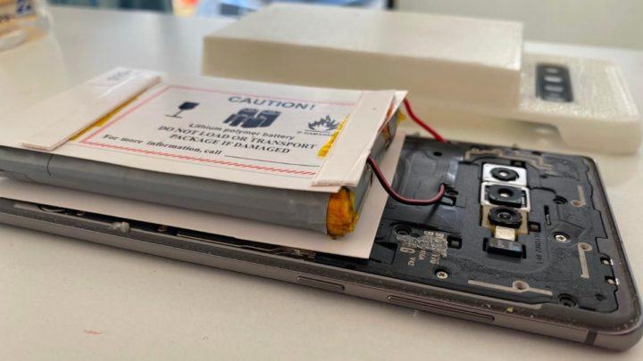 Imagem de um Samsung Galaxy S10 + com bateria modificada