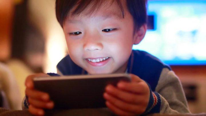 Ilustração crianças com reconhecimento facial para jogar. Nova tecnologia patrulha da meia-noite
