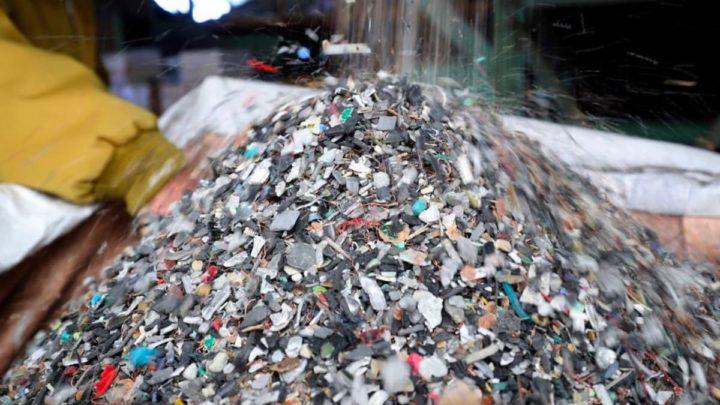 Imagem partes de smartphones e computadores recicladas