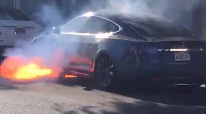 Imagem Tesla Model S com bateria em chamas