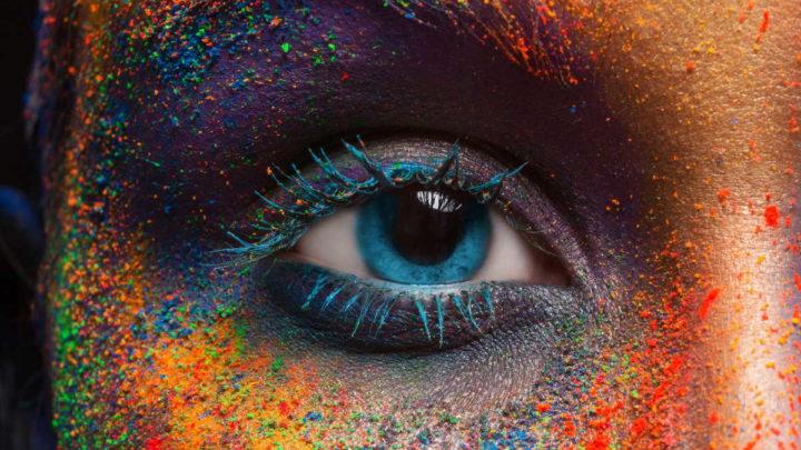 Olho humano que envia imagens para o cérebro processar.