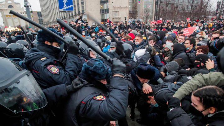 Imagem protestos na Rússia contra a prisão de Alexei Navalny