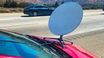 Imagem Touota Prius com antena Starlink do capô
