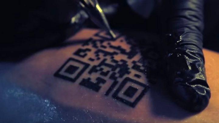 Ilustração certificado vacina numa tatuagem com código QR