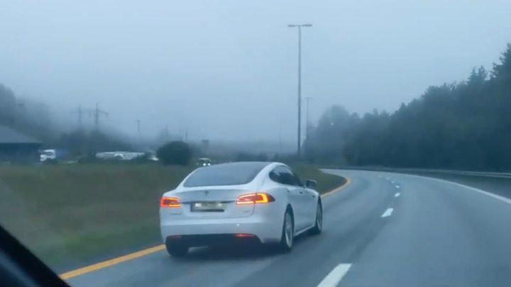 Imagem Tesla Model S em piloto automático