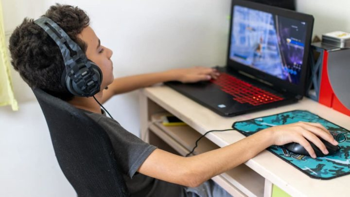 Criança a jogar jogos online