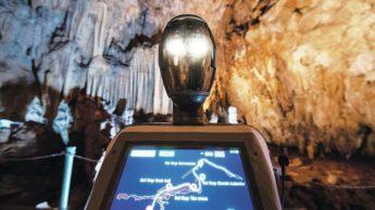 Guia turístico da Alistrati Cave, o robô Persephone