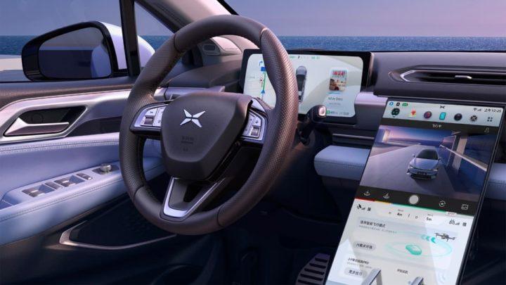 Imagem interior do carro elétrico XPeng P5 com condução autónoma