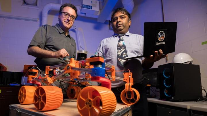 Investigadores da University of Arizona Engineering Faculty e um exemplar dos robôs autónomos