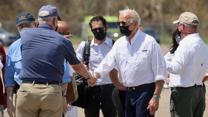 Presidente dos EUA, Joe Biden, cumprimenta funcionários na pista do Louis Armstrong New Orleans International Airport, em Kenner