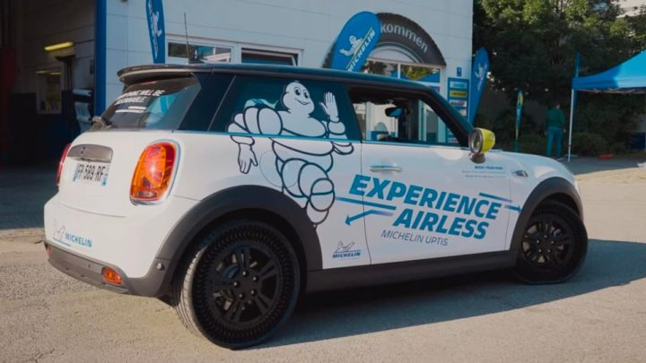 Imagem Mini Cooper com pneu Michelin Uptis