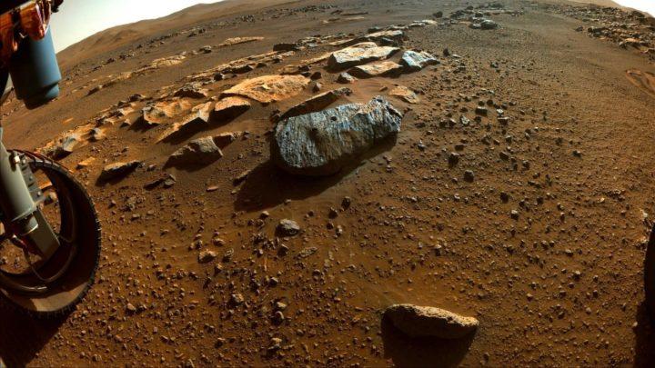 Imagem do solo e das rochas de marte e do rover Perseverance da NASA