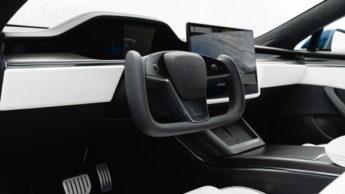 Volante yoke do Tesla Model S Plaid