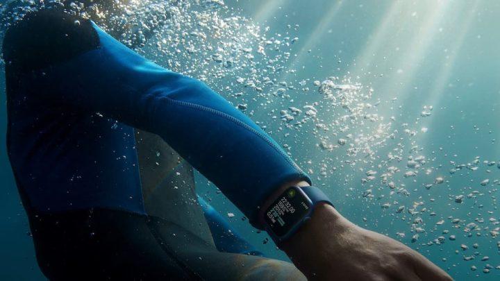 Imagen del Apple Watch Series 7 en el agua
