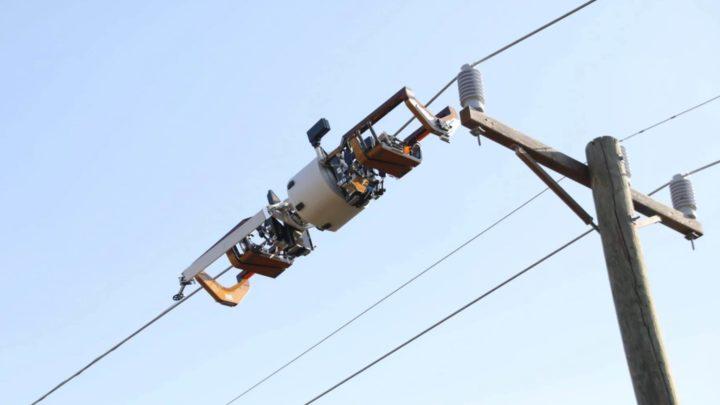 Bombyx: O robô do Facebook que passa fibra óptica em postes de energia