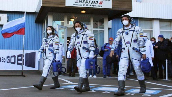Realizador Klim Shipenko, atriz Yulia Peresild e o cosmonauta Anton Shkaplerov da Rússia