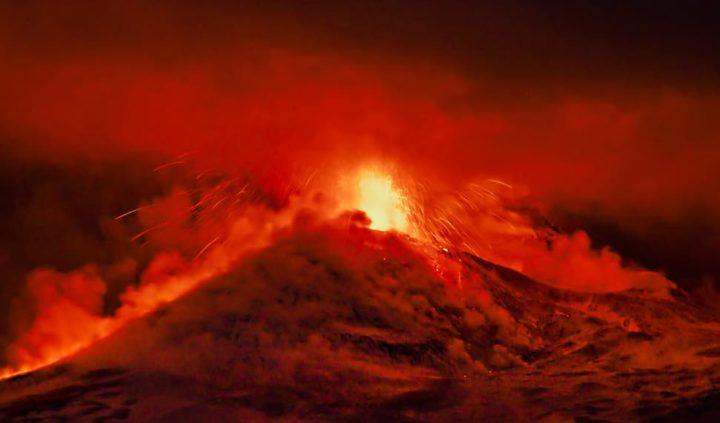 Vulcão italiano Etna volta a entrar em erupção e provoca chuva de cinzas